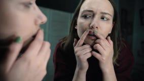 在嘴唇的疱疹,一部分的与手指的一张妇女` s面孔在有疱疹的,秀丽概念嘴唇 影视素材
