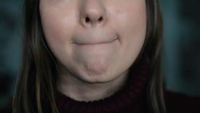 在嘴唇的疱疹,一部分的与手指的一张妇女` s面孔在有疱疹的,秀丽概念嘴唇 股票录像