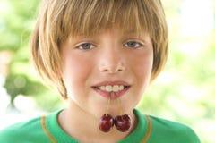 在嘴的樱桃 免版税图库摄影