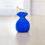 在囊形状的首饰蓝色天鹅绒礼物盒  库存照片