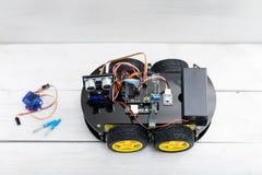 在四个轮子和一定数量的两把小螺丝刀的机器人和 库存照片