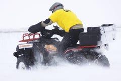在四元组的自行车驱动器乘坐s雪跟踪 库存图片