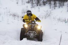 在四元组的自行车驱动器乘坐s雪跟踪 免版税库存照片