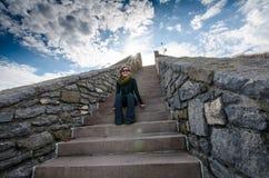 在四十步的成年女性开会在罗德岛峭壁步行在一个春日 库存图片