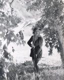 在四处寻觅的女性猎人 免版税库存图片