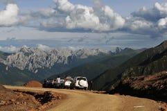 在四川西藏状态路的三辆越野车 库存照片