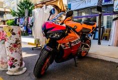 在四德街停放的体育摩托车 免版税库存照片