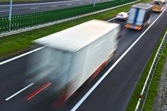 在四车道的受控通入高速公路的卡车在波兰 免版税库存图片