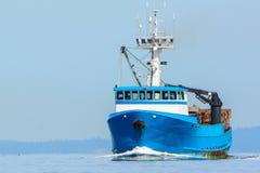 在回家的商业性捕鱼船 免版税库存照片