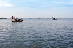 在回归以后的小渔船沿海漂泊从渔 库存照片