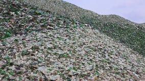在回收产业工厂的玻璃打破的瓶 影视素材