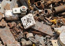 在回收的残破的被放弃的生锈的对象分开的col的 免版税库存照片