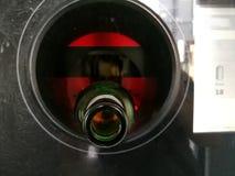 在回收的自动反向贩卖机插入的啤酒瓶 免版税库存照片