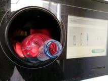 在回收的自动反向贩卖机插入的塑料瓶 库存照片