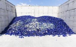 在回收设施的玻璃废物 蓝色瓶 免版税库存图片
