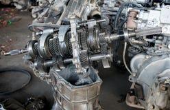 在回收车库的使用的和老发动机齿轮待售 免版税库存照片