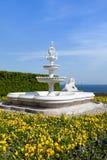 在回教样式的大理石喷泉,以一朵白色云彩为背景,蓝天沃龙佐夫宫殿,阿卢普卡,克里米亚 库存图片