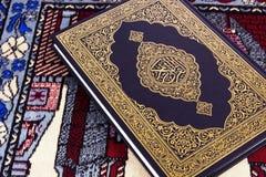 在回教祷告地毯的Qur'an 库存图片