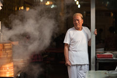 在回教街道的Hui人通入蒸汽的饺子在Xia 库存照片