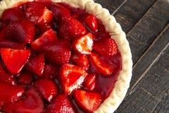 在困厄的木表上的一个新鲜的草莓饼 免版税图库摄影