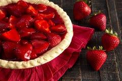 在困厄的木表上的一个新鲜的草莓饼 免版税库存图片