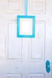 在困厄的门的空白的绿松石画框 免版税库存图片