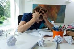 在困难的检查前的疲乏的学生 免版税库存照片