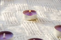 在围巾的紫色芳香蜡烛 库存图片