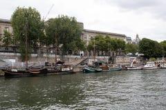 在围网巴黎法国的小船 免版税图库摄影