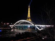 在围网的埃菲尔铁塔晚上 免版税库存照片