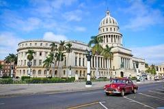 在国会大厦前面的经典汽车在哈瓦那。 古巴 库存照片