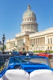在国会大厦附近的老敞篷车汽车在哈瓦那 免版税库存照片