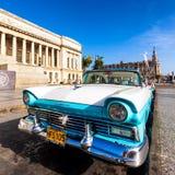 在国会大厦附近的老福特在古巴 库存图片