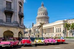 在国会大厦附近的老经典汽车在哈瓦那旧城 免版税库存图片