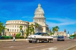 在国会大厦,哈瓦那前面的经典美国汽车 免版税库存图片
