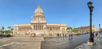 在国会大厦,哈瓦那,古巴附近的葡萄酒汽车 库存照片