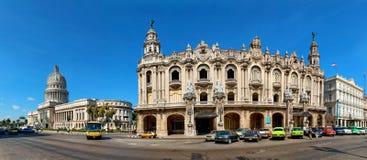 在国会大厦,哈瓦那,古巴附近的葡萄酒汽车 免版税图库摄影