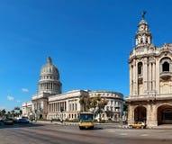 在国会大厦,哈瓦那,古巴附近的葡萄酒汽车 图库摄影