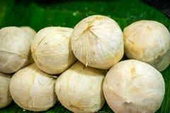 在国内市场上的白色椰子 库存照片