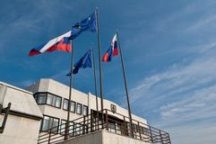 在国家会议前面的旗子 库存照片
