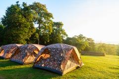 在国家公园的旅游野营的帐篷早晨时间的与 库存图片