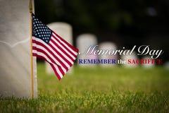 在国家公墓-阵亡将士纪念日显示的小美国国旗- 库存图片