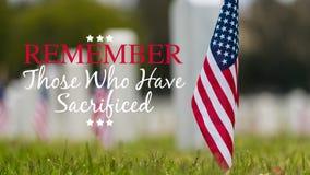 在国家公墓-阵亡将士纪念日显示的小美国国旗- 免版税图库摄影