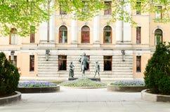 在国家戏院旁边的雕塑 免版税库存照片