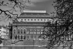 在国家戏院的看法在伏尔塔瓦河河 免版税库存照片