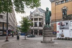 在国家戏院附近的雕象在奥斯陆,挪威 库存照片