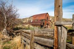 在国家把篱芭和生锈的老爱达荷谷仓赶入围栏 图库摄影