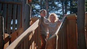 在国家操场木幻灯片的儿童拥抱 股票视频