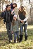 在国家步行的家庭在冬天 免版税图库摄影