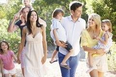 在国家的两个家庭一起走 免版税库存照片